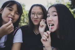 Groep die Aziatische tiener en snackvoedsel ontspannen eten royalty-vrije stock afbeeldingen
