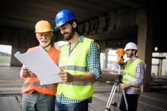 Groep die bouwingenieur in bouwwerf werken royalty-vrije stock foto