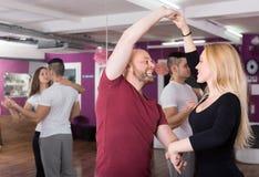 Groep die in club dansen stock foto's
