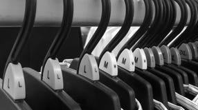 Groep die doekhanger met diverse kleur etiket in zwart-wit rangschikken Royalty-vrije Stock Afbeeldingen