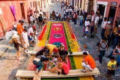 Groep die een Heilig Weektapijt, Antigua, Guatemal maken Stock Afbeelding