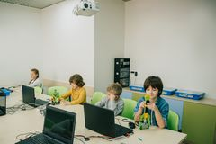 groep die geconcentreerde jonge geitjes aan projecten bij stam werken stock afbeeldingen