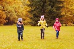 Groep die gelukkige kleine jonge geitjes in openlucht lopen Royalty-vrije Stock Foto's