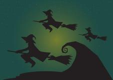 Groep die heks met maan bij nacht, Halloween-achtergrondthema in Vector vliegen Stock Afbeelding