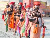 Groep die Indische sadhus (heilige mensen) tijdens Kumbha Mela lopen Royalty-vrije Stock Foto