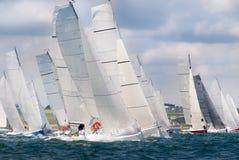 Groep die jacht bij regatta vaart royalty-vrije stock afbeeldingen