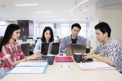 Groep die jonge freelancers in het bureau werkt royalty-vrije stock foto