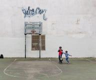 Groep die jonge geitjes basketbal spelen Stock Fotografie