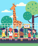 Groep die jonge geitjes op giraf letten bij een dierentuinexcursie royalty-vrije illustratie