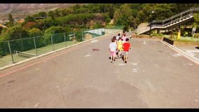 Groep die jonge geitjes samen in schoolcampus lopen stock video