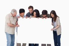 Groep die leeg teken in hun hand bekijkt Royalty-vrije Stock Foto