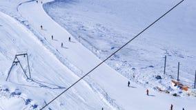 Groep die mensen bij het skispoor ski?en op Klein Matterhorn stock video