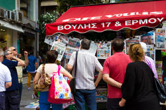Groep die mensen de kranten in Athene Griekenland lezen Stock Foto's