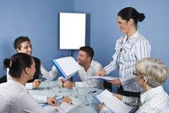 Groep die mensen een commerciële vergadering heeft Stock Foto
