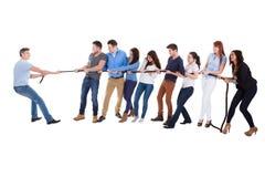Groep die mensen een touwtrekwedstrijd hebben Stock Foto's