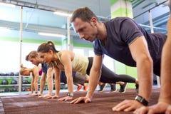 Groep die Mensen in Gymnastiek uitoefenen Royalty-vrije Stock Afbeelding