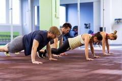 Groep die Mensen in Gymnastiek uitoefenen Stock Fotografie