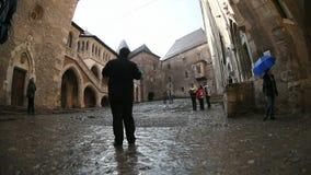 Groep die mensen het Hunyad-Kasteel in Hunedoara, Roemenië bezoeken stock videobeelden