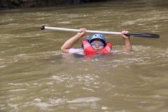 groep die mensen het rafting op een rivier spelen die een zware stroom heeft, royalty-vrije stock fotografie