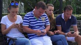 Groep die mensen hun mobiele telefoons met behulp van, socialiseren niet stock videobeelden