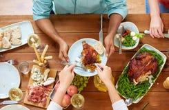 Groep die mensen kip voor diner eten Royalty-vrije Stock Fotografie