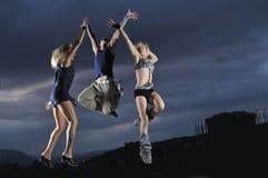 Groep die mensen in lucht springt stock fotografie