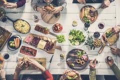 Groep die mensen maaltijd hebben samen royalty-vrije stock fotografie