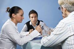 Groep die mensen op commerciële vergadering leest Royalty-vrije Stock Afbeeldingen
