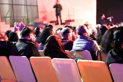 Groep die mensen op de stoelen zitten en het letten op levende stadium de prestaties royalty-vrije stock foto