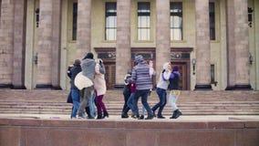 Groep die mensen op de treden van de Universiteit van de Staat van Moskou dansen stock videobeelden