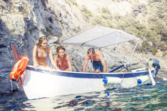 Groep die mensen op een boot in het overzees wandelen Stock Afbeelding