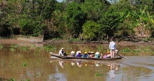 Groep die mensen op motorboot zitten stock foto
