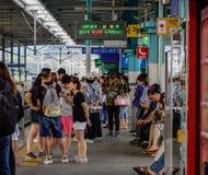 Groep die mensen op platform op trein wachten royalty-vrije stock afbeelding