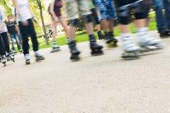 Groep die mensen in park schaatst, Stock Foto