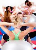 Groep die mensen pilates in een gymnastiek doet Stock Foto's