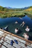 Groep die mensen in pool met natuurlijk thermisch water ontspannen Stock Fotografie