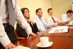 groep die mensen pret heeft tijdens informele commerciële vergadering Royalty-vrije Stock Fotografie