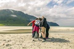 Groep die mensen pret op het strand van Noorwegen hebben Royalty-vrije Stock Fotografie