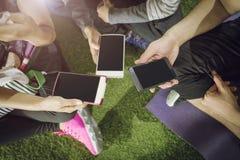 Groep die mensen smartphones samen gebruiken Verbinding technolog royalty-vrije stock fotografie