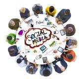 Groep die Mensen Sociale Media bespreken royalty-vrije stock foto
