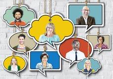 Groep die Mensen in Toespraakbel glimlachen op Bakstenen muur stock foto's