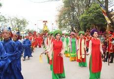 Groep die mensen traditionele festivallen bijwonen Royalty-vrije Stock Afbeeldingen