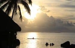 Het koelen uit in pool bij zonsondergang Royalty-vrije Stock Afbeelding