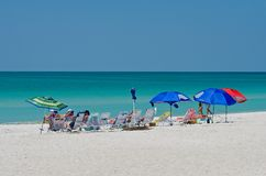 Groep die mensen van het strand genieten Stock Foto's