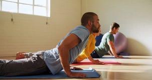 Groep die mensen yoga 4k doen stock footage