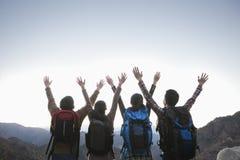 Groep die mensen zich met uitgestrekte handen bevinden stock afbeeldingen