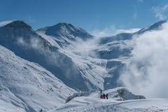 Groep die op snow-covered bergen in de winter wandelen Royalty-vrije Stock Afbeeldingen