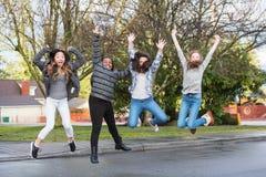Groep die opgewekte jonge geitjes in de lucht springen Royalty-vrije Stock Fotografie