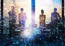 Groep die partner de toekomst met netwerk digitaal effect zoeken stock foto's