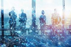 Groep die partner de toekomst met netwerk digitaal effect zoeken stock fotografie